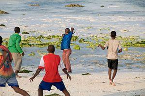 Voetballen op het strand van