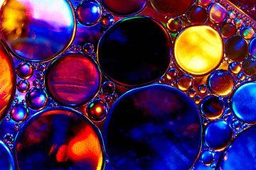 Olie druppels op water van Harry Wedzinga