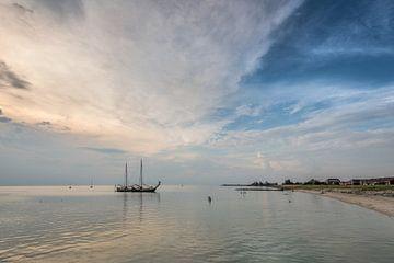 Zomeravond aan de rand van het Friese havenstadje Stavoren van Harrie Muis