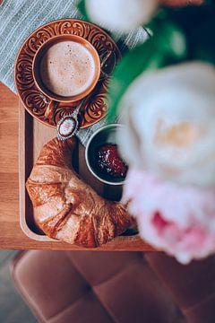 Kaffee mit Croissant zum Frühstück von DeedyLicious
