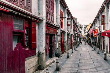 Rode houten deuren en ramen in Macau van Mickéle Godderis