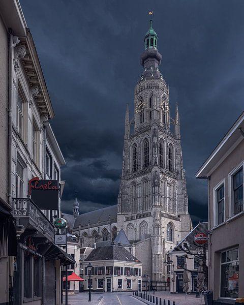 Donkere wolken boven de Grote Kerk in Breda van Joris Bax