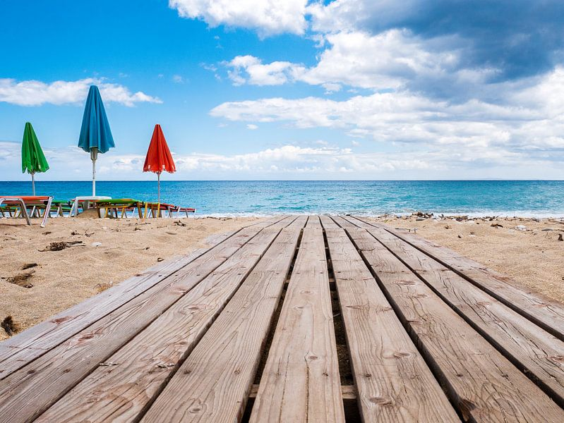strandparasols in Griekenland van Charlotte Dirkse
