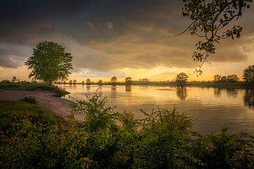 Zonsondergang boven rivier de Maas van Marcel Bakker