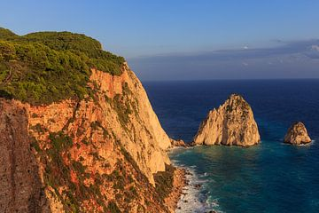 Vue sur la mer avec une formation rocheuse sur l'île de Zakynthos en Grèce sur Matthijs de Rooij