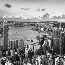 HONGKONG 39 - Victoria Harbour van Tom Uhlenberg