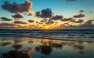Het gouden uur aan strand von Richard Steenvoorden