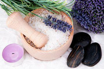 paarse spa items met badzout en hotstones van Patricia Verbruggen