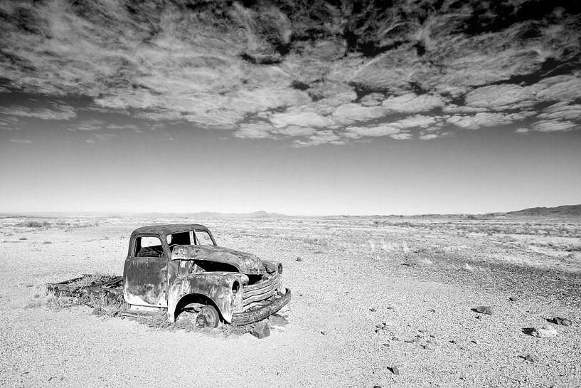 Deserted Desert Car van Studio voor Beeld