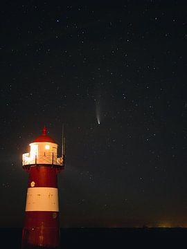 Komet Neowise über dem Leuchtturm von Westkapelle von Joren van den Bos