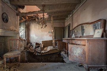 Antikes Wohnzimmer zusammengebrochen von Perry Wiertz