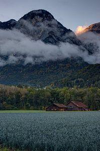 Laatste straal licht op de berg wolken von Martijn Koevoets
