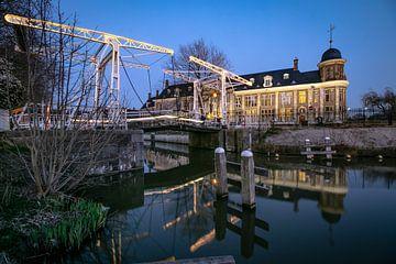 Stimmungsvolle Abendansicht des Münzgebäudes und der Abel-Tasman-Brücke an der Leidsekade in Utrecht von Arthur Puls Photography
