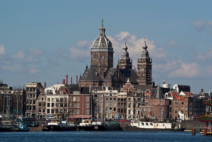 Stadszicht van Amsterdam met de Sint-Nicolaasbasiliek Amsterdam