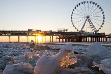 Sonnenuntergang spiegelt verschneites Scheveningen von Remco Swiers