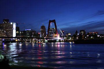 Willemsbrug Rotterdam tijdens het blauwe uur van Nathalie van der Klei