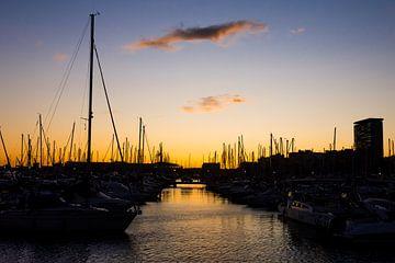 Zonsondergang in de jachthaven van Alicante, Spanje van Paul van Putten