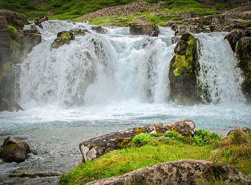 Dichtbij de bruisende waterval, IJsland van Rietje Bulthuis