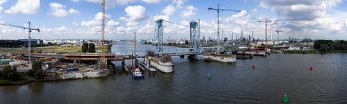 Panorama van de botlekbrug in aanbouw (luchtfoto) van Hans Elbers