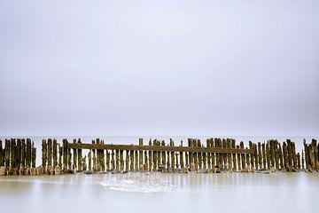 Prachtige details in oude, houten golfbreker in de Waddenzee van Jenco van Zalk