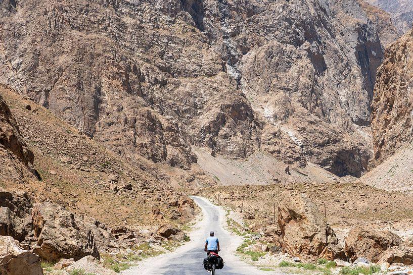Solo fietser op de Pamir Highway van Jeroen Kleiberg