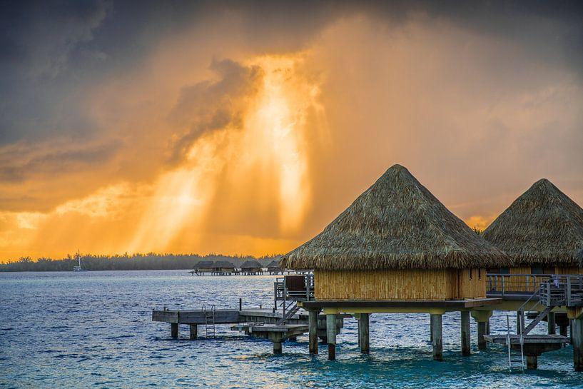Doorbrekende zonsopkomst achter wolken op Bora Bora van Ralf van de Veerdonk