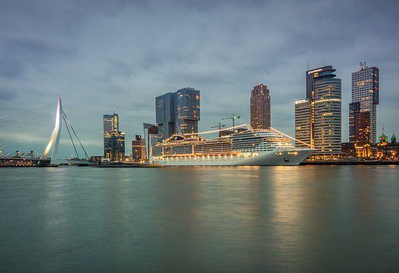 MSC Preziosa aan de wilheminapier in Rotterdam