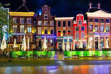 De Zuidwand van de Grote Markt Groningen op een regenachtige avond van Evert Jan Luchies