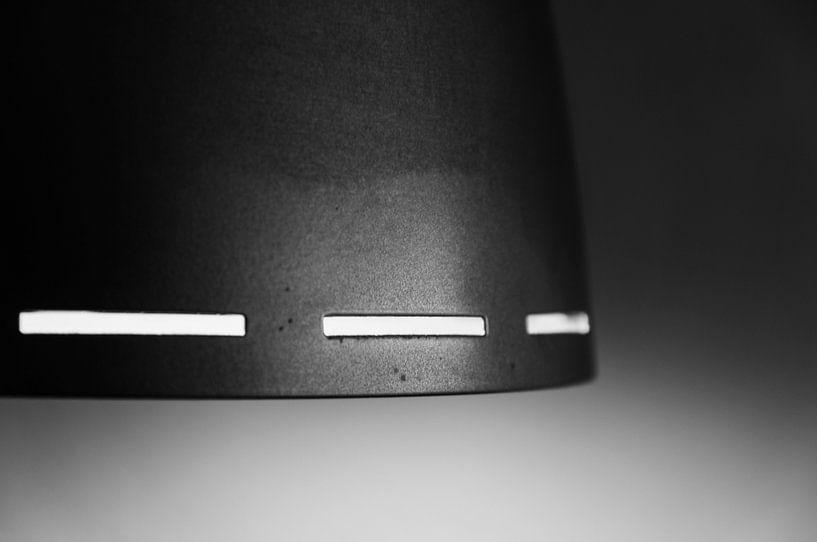 Witte lijnen op een donker object  van Danny Motshagen