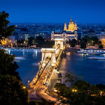 Abendaufnahme der Kettenbrücke in Budapest von