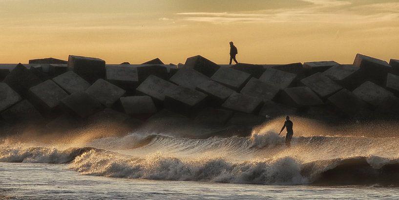 Zonsondergang aan het strand. van Bob Bleeker