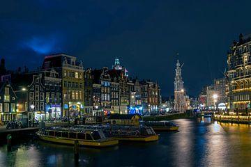 Stadtbild von Amsterdam mit dem Münzenturm bei Nacht von Nisangha Masselink