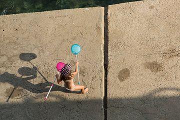 Spelend kind aan de Middellandse Zee van Alida Stuut