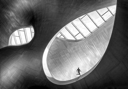 Coureur sur le fond de l'architecture moderne