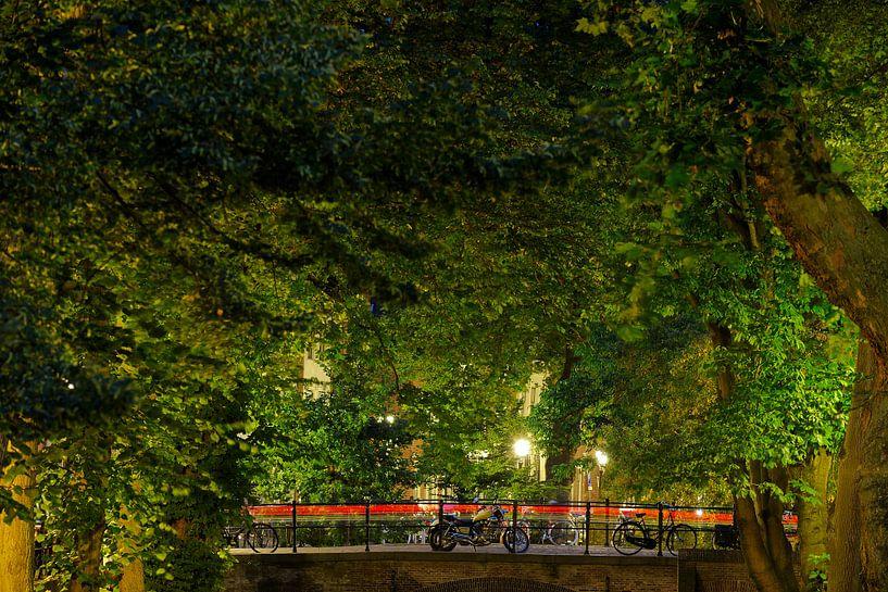 Motor en fietsen op de Quintijnsbrug over de Nieuwegracht in Utrecht van Donker Utrecht