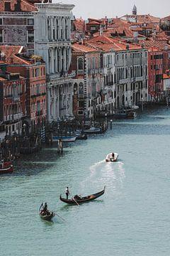 Gondelaars in Venetië van Pim Duteweert