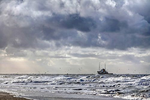 Vissersboot aan de Texelse kust van