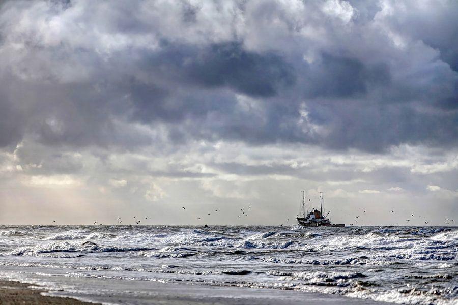 Vissersboot aan de Texelse kust van Hans Kwaspen
