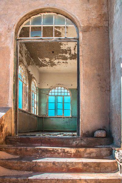 Interieur van een verlaten huis in Kolmanskop,Namibië van Rietje Bulthuis