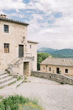 Le Poët-Laval   Französisches Haus mit Bergblick   Reisefotografie Frankreich Fototapete von Milou van Ham