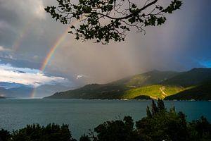 Regenboog in Lac de Serre-Ponçon van