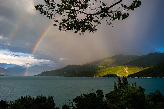 Regenboog in Lac de Serre-Ponçon van Joran Maaswinkel