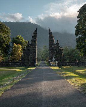 Een mooie toegangspoort in Bedugul, Bali, tijdens zonsopkomst (verticaal) van Anges van der Logt