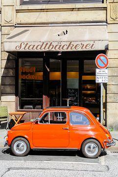 Fiat 500 italienischer Oldtimer geparkt in der Stadt von Sjoerd van der Wal