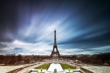 Eiffelturm mit bedrohlichen Wolken von Dennis van de Water