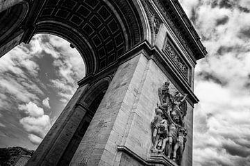 Arc de triomphe in zwart wit met mooie wolken - Parijs van Michael Bollen