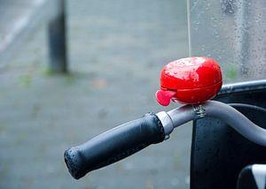 rode fietsbel op de fiets met windscherm