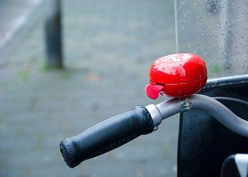 rode fietsbel op de fiets met windscherm van Peter van Mierlo