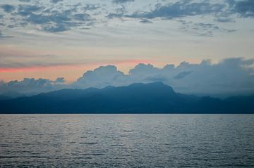 Zonsondergang, meer, bergen en wolken. van Dennis  Georgiev