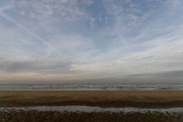 strand op een bewolkte dag in de winter van Lieke van Grinsven van Aarle